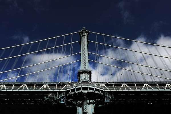 В англійському місті Лідс 120-тонна секція моста розчавила вантажівку