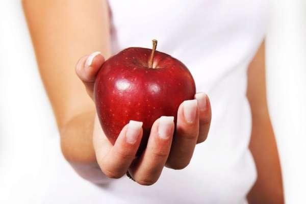 Стоматологи советуют не есть яблоки после еды