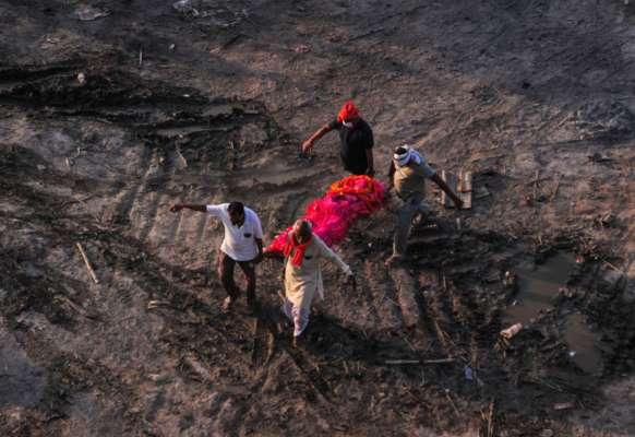 Индийские власти признали, что в Ганг сбрасываются тела погибших от Covid-19