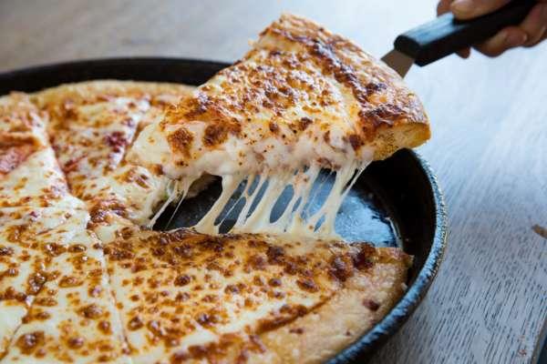 курьер съел кусок пиццы клиента после того как узнал, что ему не оставят чаевых
