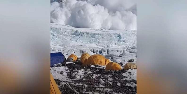Лавина на горі Еверест зупинилась біля табору туристів