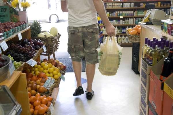 Во Франции запретили паковать овощи и фрукты в пластиковые пакеты