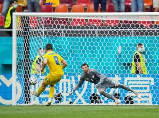 Он отыграл великолепный матч. Шевченко поддержал Малиновского, который не забил пенальти