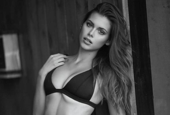 Сексуальная Катарина Мазепа похвасталась пышной грудью в купальнике