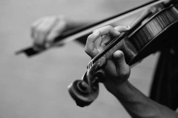 у Харкові скрипаль дав концерт на даху тролейбуса