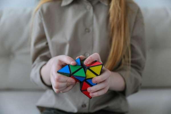 Кубик рубик в руках