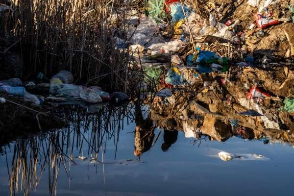 В Карпатском парке Синевир мужчина выгрузил в реку прицеп мусора