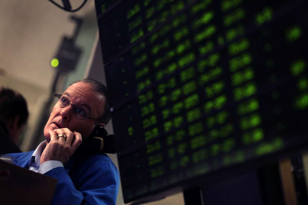 Трейдер приймає замовлення в ямі опціонів на фондовий індекс