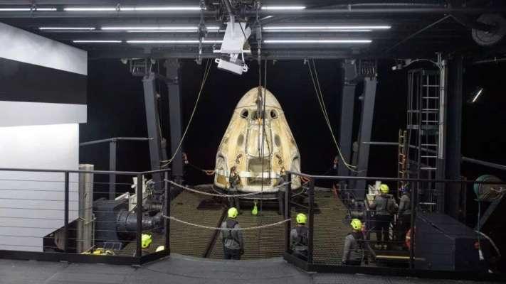 Групи підтримки працюють навколо космічного корабля SpaceX Crew Dragon Resilience