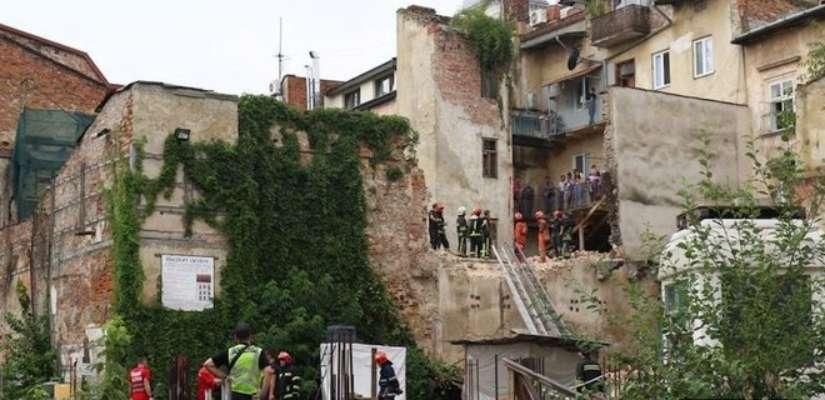 У Львові обвалилася стіна двоповерхового флігеля