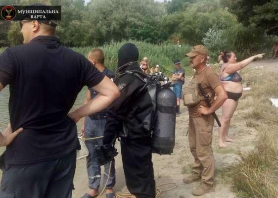 В Киеве женщина несколько часов наблюдала за водолазами, которые искали её в реке
