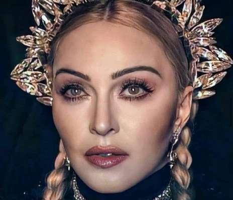 Эпатажная Мадонна обнажила грудь на селфи