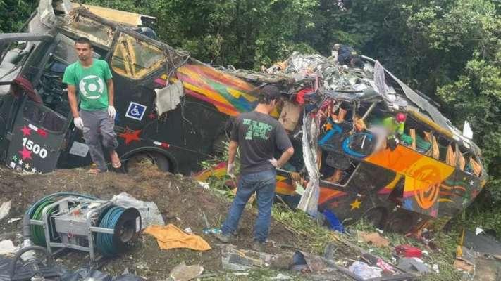 Понад 20 загиблих: у Бразилії пасажирський автобус впав у прірву. Фото