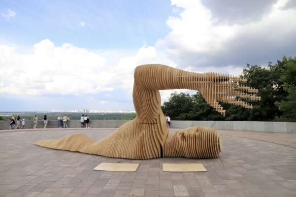 В центрі Києва встановили інсталяцію для фестивалю Burning Man. Фото