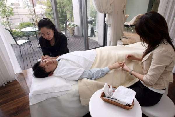 Японські бізнесмени почали користуватися макіяжем через пандемію Covid-19