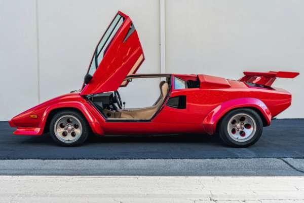 На аукцион выставили редкий автомобиль Lamborghini Countach. Фото