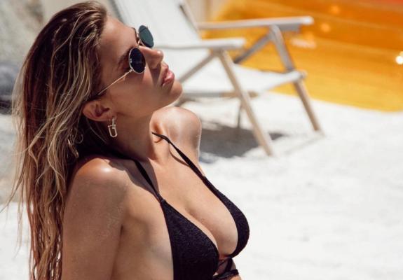 Модель Кара Дель Торо прогулялась по пляжу в бикини