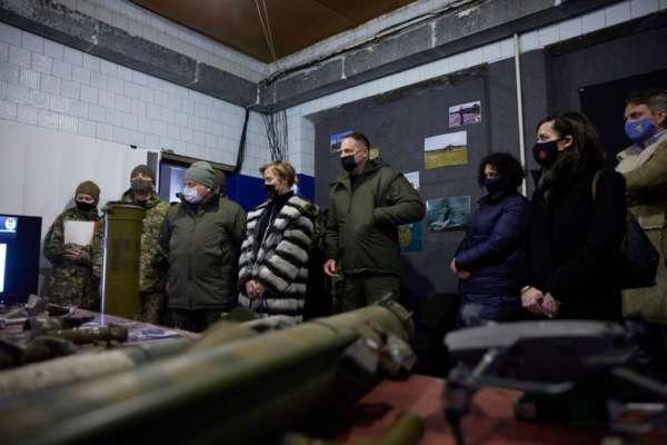 Зеленський разом з іноземними дипломатами побував в зоні дії ООС
