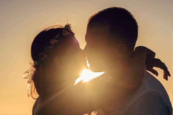 Вірусолог розповів про небезпеку поцілунків під час пандемії Covid-19