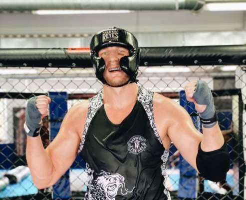 Боєць UFC показав, як рубає фрукти катаною. Відео