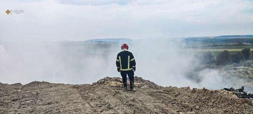 Рятувальники другу добу боряться із пожежею на сміттєзвалищі в Тернопільській області. Фото