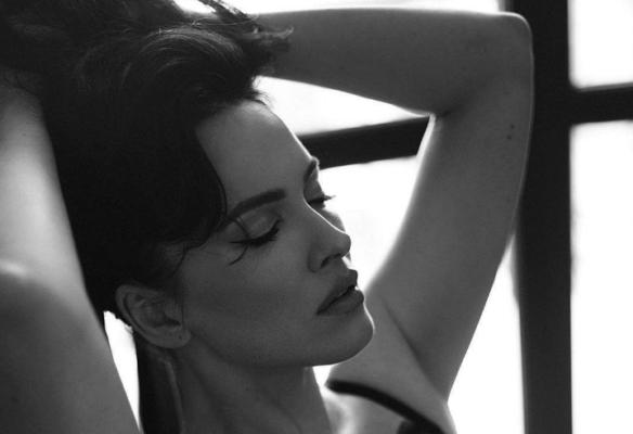Сексуальна Даша Астаф'єва в ліжку показала пишні груди