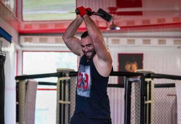 Российский боксер взял в руки молот. Фото
