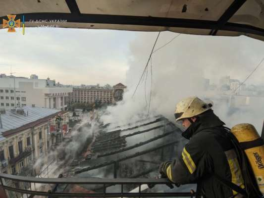 Недалеко від центру Києва була пожежа на даху п'ятиповерхівки. Фото