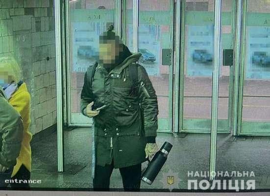 У метро Києва чоловік вдарив жінку та погрожував пістолетом