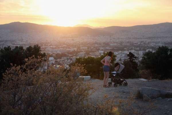 В Турции коляска с младенцем выехала на дорогу и упала в пропасть
