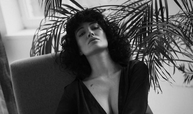 Даша Астаф'єва у вузькому корсеті влаштувала відверту фотосесію