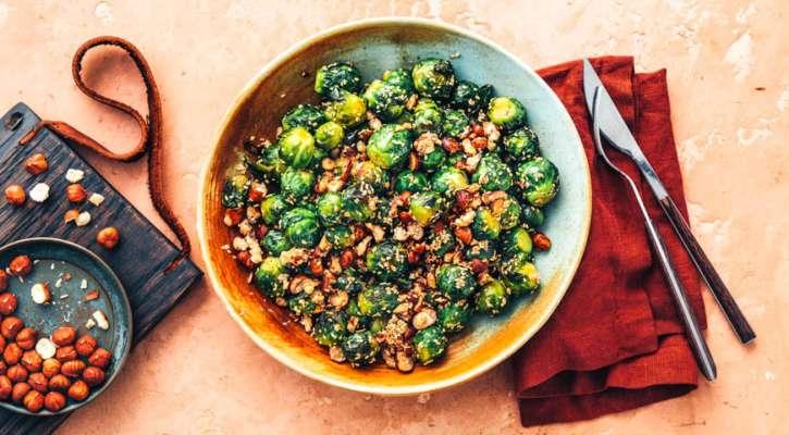 Романтический ужин на 8 Марта: пикантный салат с брюссельской капустой