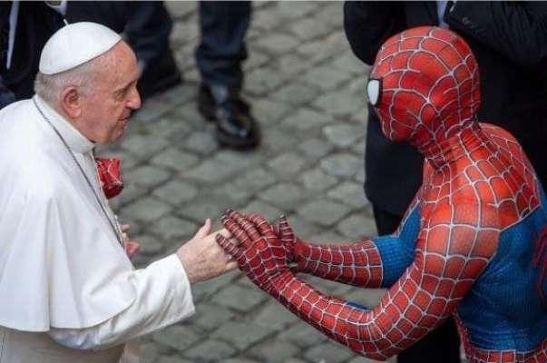 Людина-павук зустрівся з Папою Римським