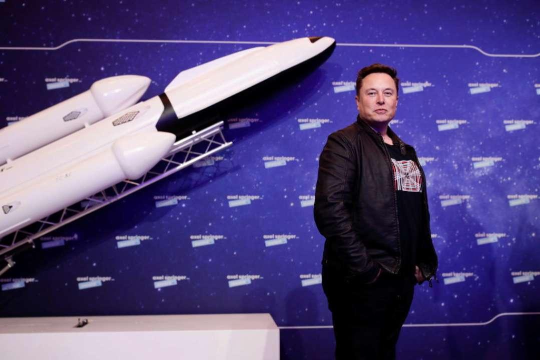 SpaceX планує висадити людину на Місяць через три роки