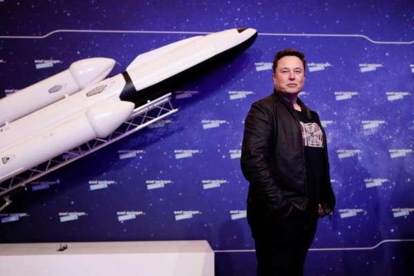 SpaceX планирует высадить человека на Луну через три года