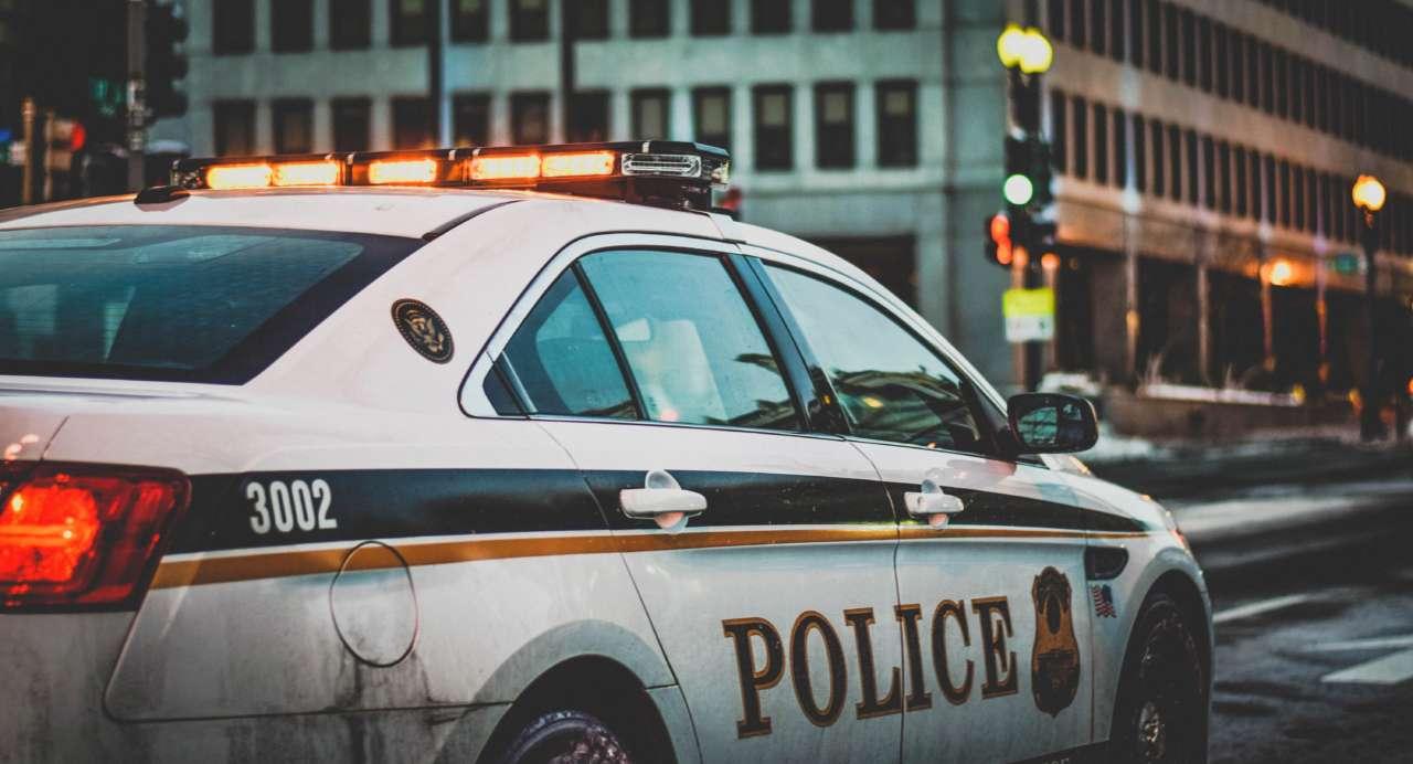 Кричал и издевался: полицейский жестоко задержал 5-летнего мальчика за прогул школы. Видео