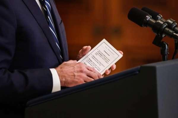 На прес-конференції Байден читав шпаргалки