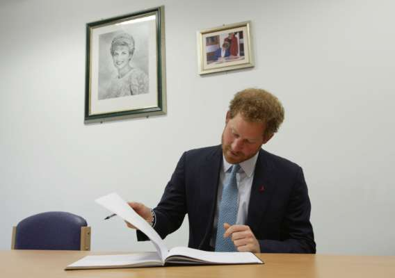 Принц Гаррі пише книгу