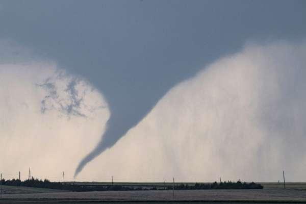 В США планерист пролетів навколо торнадо: захопливе відео небезпечного маневру
