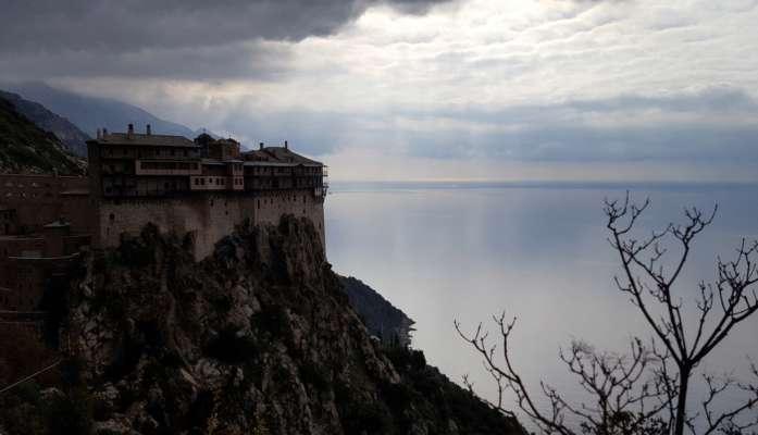 В Греции на горе Афон вспыхнул масштабный лесной пожар