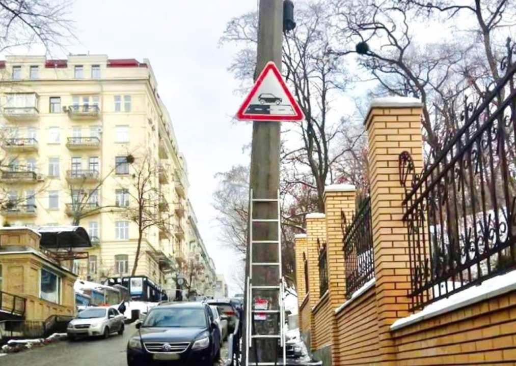 У Києві почали встановлювати нові дорожні знаки