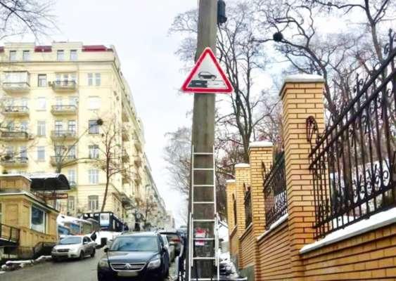 У Киеве начали ставить новые дорожные знаки