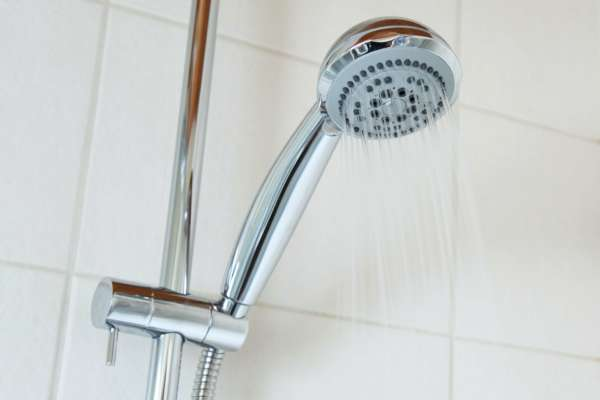 Косметологи назвали лучшее время дня, чтобы принимать душ