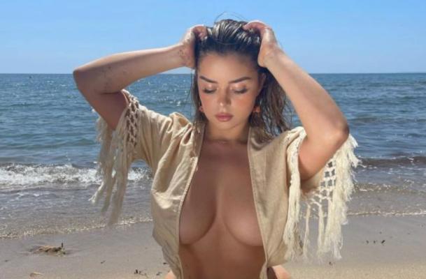 Демі Роуз похвалилася пишним бюстом в яскравому пляжному одязі
