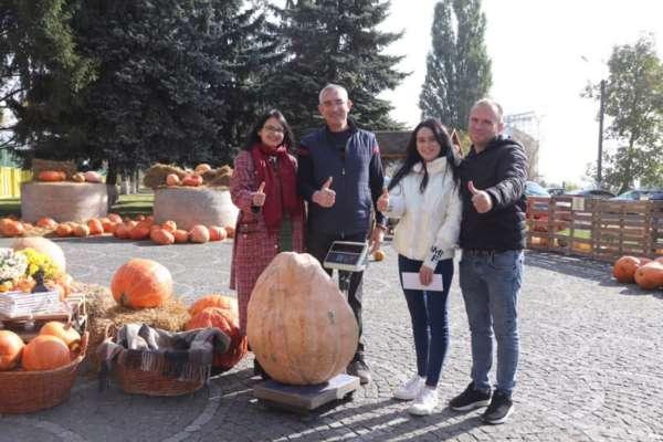 Важить понад пів центнера: на Тернопільщині виростили найбільший гарбуз