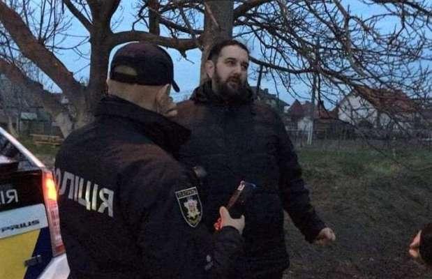 """""""Я тебе в лоб выстрелю"""": на Буковине пьяный священник угрожал полицейским при задержании"""