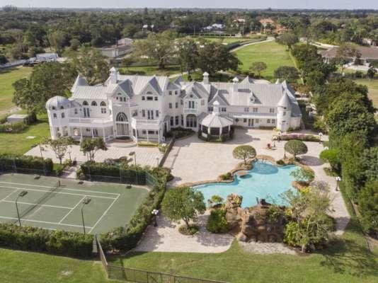 В США пара проникла в особняк миллионера, чтобы сыграть пышную свадьбу
