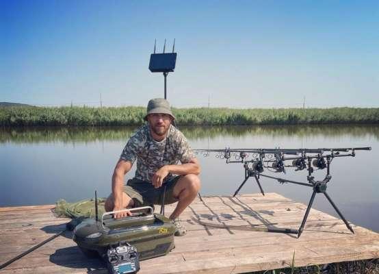 Украинский боксер Ломаченко показал, как готовить рыболовные снасти. Видео