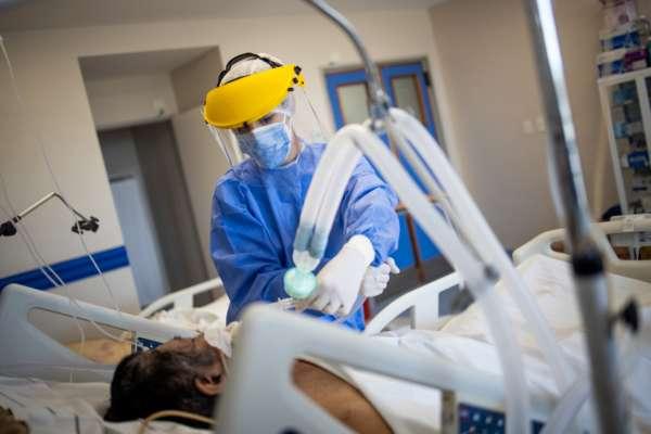 С начала пандемии в Украине умерло 877 медиков